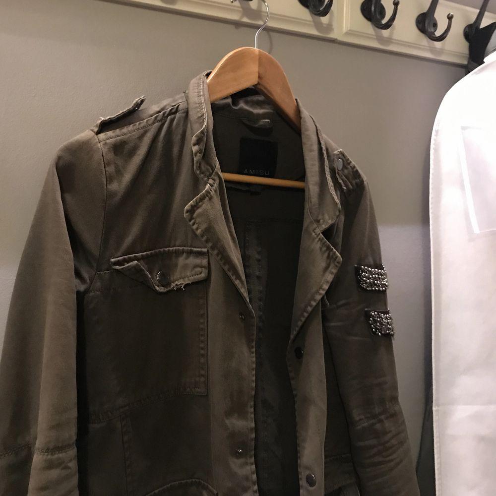 Snygg lite längre grön jacka . Jackor.