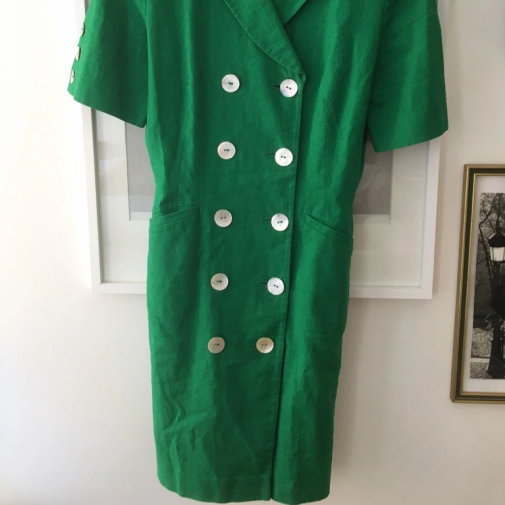 Cool 70-tals klänning köpt på secondhand för några år sedan. Använd några få gånger. Sitter som ett fodral. . Klänningar.