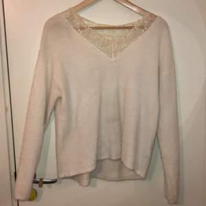 Vit tröja från hm med spetsdetalj, använd ca 3 ggr och säljs eftersom den inte kommer till användning🤩