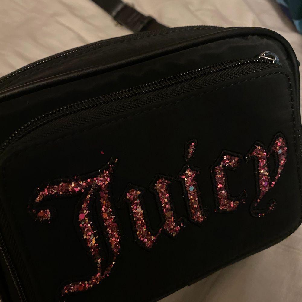 Asfin juicy couture väska! knappast använd.  kan fraktas för 60 kr eller mötas upp i stockholm! . Väskor.
