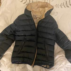 Säljer colmar jacka eftersom den har blivit för liten på mig storlek S, fungerar felfritt. Kan gå ner i pris vid snabbaffär