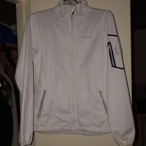 Säljer denna vita vindjacka den är oanvänd vet inte vilket märke köpt på sport affär. Ingen luva ✨