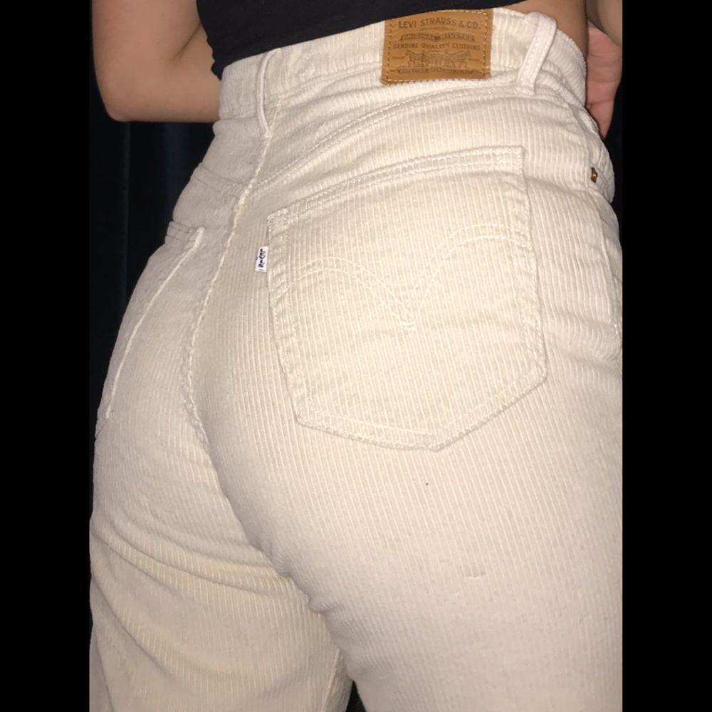 Levi's Manchesterbyxor i modell Ribcage Straight. Använd ungefär 3 gånger, nyskick. Säljer då jag kom fram till att de inte är min stil. I färg vit cream. Knapp gylf. Superfina byxor som jag hoppas att någon annan uppskattar mer än mig. St 30. Nypris 1200. Högmidjad.. Jeans & Byxor.