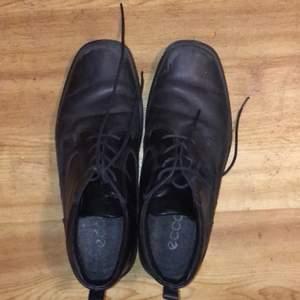 Fina svarta Ecco skor i använt men bra skick. Fluff på insidan vilket ger en varm och mysig känsla