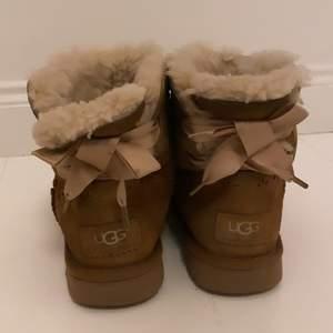 Säljer dessa fina välanvända uggs, det har några fläckar som förhoppningsvis går att tvätta bort💞 sätter därmed ett lågt pris för skorna!  Köparen står för frakten!