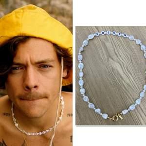 Säljer golden halsband på beställning(bild2&3). Gör dem själv, ser ut som halsbandet som harry styles bar i golden musikvideon. Stjärnhalsbandet är slut. Tål ej vatten.Halsbandet är ca38 cm. Frakt på 11 kr