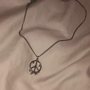 Fint peace halsband som ej kommer till användning. Kostar 15 kr+frakt kan bara skickas❤️🤩