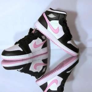 Splitternya helt oanvända Nike air Jordan 1 i slutsålda färgen Arctic Pink i storlek 38.5 i orginalbox med kvitto ❤️ köpare står för frakt o fraktas enl överenskommelse eller så hämtas de upp i Stockholm söderort. Säljes för 2000 eller till högstbjudande om det är många som blir intresserade.
