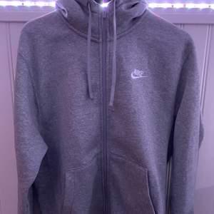 Helt ny Nike hoodie som är jättemjuk. Aldrig kommit till användning så säljer, vill bara bli av med den så säljer den billigt. Strl S men tycker den sitter mer som M den är rätt stor.