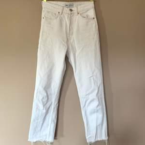 Vita jeans från Zara i storlek 32. Fint skick. Kan skickas om köparen står för frakten. 🤗