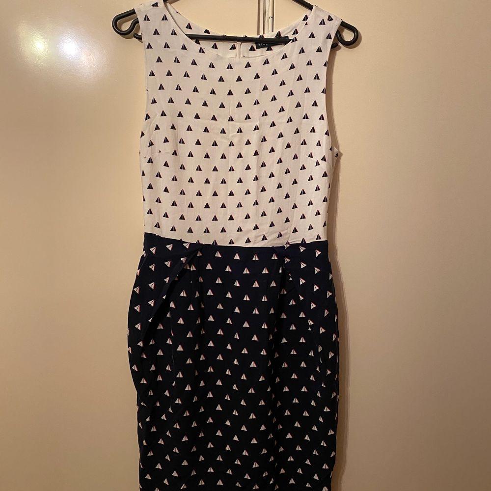 Säljer denna oanvända klänning i strl 36 från Stockholm LM. Den är i jätte bra skick. Undrar man över något så är det bara att kontakta mig.. Klänningar.