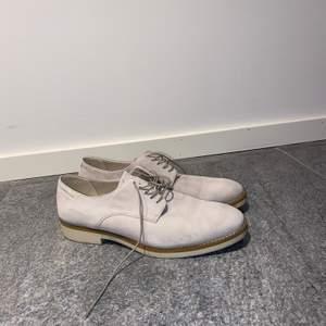 Jättefina skor i ljus mocka från Vagabond. Använda Ca.3 gånger. Köparen står för frakt!