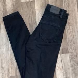 Weekday jeans st. 24/30! Tyvärr försmå för mig runt höfterna men super sköna annars. Pris kan diskuteras
