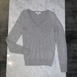 Grå V-ringad Kashmir tröja från Uniqlo. Super mysig. 100% Kashmir