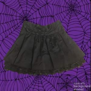 Veckad svart kjol med spets. Kjolen är storlek xs, men passar säkert s också! 😁Den öppnas med en dragkedja på sidan. Jag kan mötas upp i Stockholm, annars står köparen för frakten💗