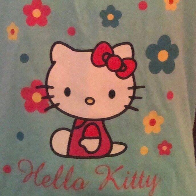 sött ljusblått hello kitty linne, lite längre men går att vika in som jag gjort på första bilden <3 har en polotröja under men fint utan oxå:) skriv privat för bilder med bättre ljus. Toppar.