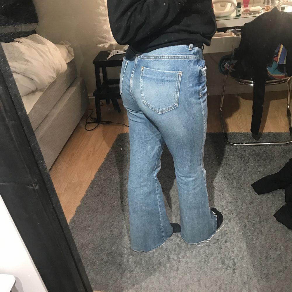Säljer dessa byxor som är i storlek i 38 men som passar mig som har S och är 169-170 lång. Säljer byxorna för att som inte kommer till användning längre. Övrigt är byxorna i bra skick, köpare står för frakt!. Jeans & Byxor.