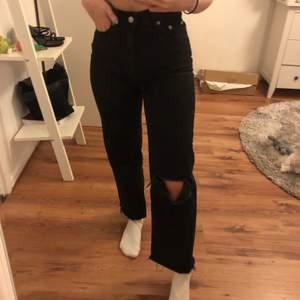 Jeans från lager 157 i modellen LANE. Klippt hål på knät själv, använda runt 5-10 gånger. Sitter bra på mig som är 162. Frakt tillkommer