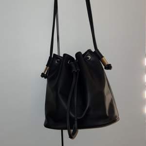 Bucket väska från HM. Säljer pga att jag aldrig använder längre. Nypris 299