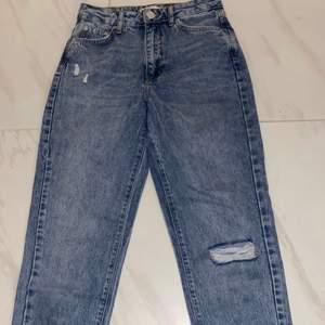 Ett par highwaist jeans som aldrig är använda eftersom dom kom hem i fel storlek, skriv för fler bilder🌸