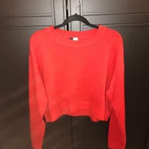 En stickad tröja från H&M som jag endast använt 2 gånger till en jul aktivitet. Säljer då den inte kommer till användning!☺️🥰 jag har S på överdelar men denna passade mig bra!:) tar bara emot Swish! 25kr för tröjan