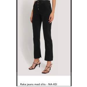 Supersnygga nya och oanvända jeans från NA-KD. Rak modell med slits på insidan av byxan🖤 Dom är i strl 42 dock väldigt små i storlek då dem är för små för mig och jag har strl 38/40. Skulle nog passa någon med strl 36-38 bäst, dem är väldigt långa för mig som är 163🖤 nypris: 299kr