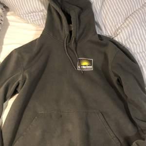 Snygg hoodie slutsåld nästan överallt, aldrig använd därför storleken är för stor. Skulle kunna byta mot mindre storlek. Buda i kommentarerna!!!