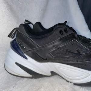 Jättecoola Nike M2K tekno som är knappt använda och i väldigt gott skick. Storlek 42.5 och skulle säga att de är normala i storleken. Säljes p.g.a. användes ej. Frakten är inräknad i priset.
