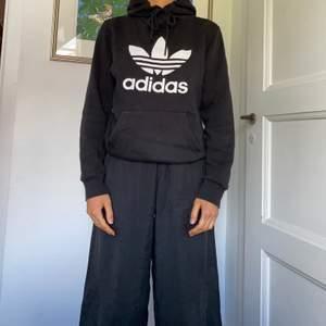 Denna hoodie har använts ganska flitigt trots detta är både trycket om tyget i bra skick. Varken fläckar eller bleknande tyg. Storlek XS men funkar för S med🐼