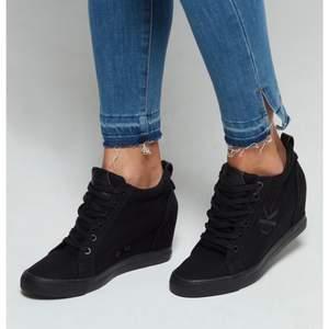 Svarta Calvin Klein wedge sneakers i storlek 37. Ny skick använda endast 2 gånger.