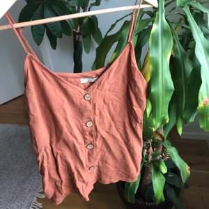 Ett brunt linne från gina tricot i strl 36, köpt för två år sen men har inte använts pga inte min stil. Bra skick och färgen på andra bilden är mest lik verkligheten:)