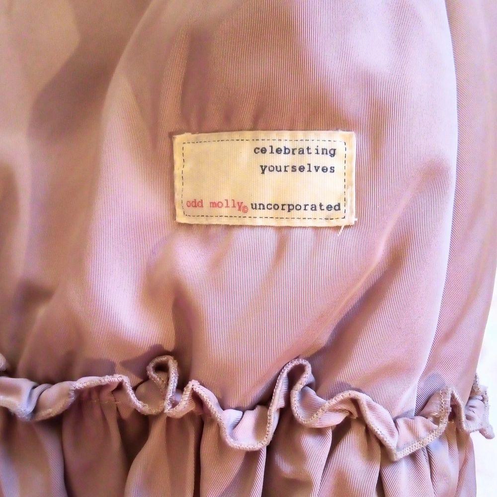 Jättefin dusty pink/gammelrosa jacka från Odd Molly med en stor mysig huva som delvis är i äkta fårull.  Storlek 3, passar M eller liten L skulle jag säga.  Den är sparsamt använd och är i väldigt gott skick ! Köpt för 2899kr och säljer den för bara 750kr. Jackor.