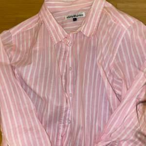 Rosa fin skjorta med vita detaljer