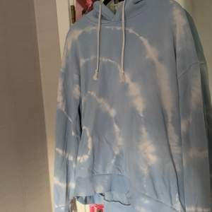 Säljer denna coola tie dye hoodien från Weekday som är i bra skick. Köpt för 500 men säljer för 150. Köparen står för frakt eller så möts vi upp i Stockholm/gullmarsplan