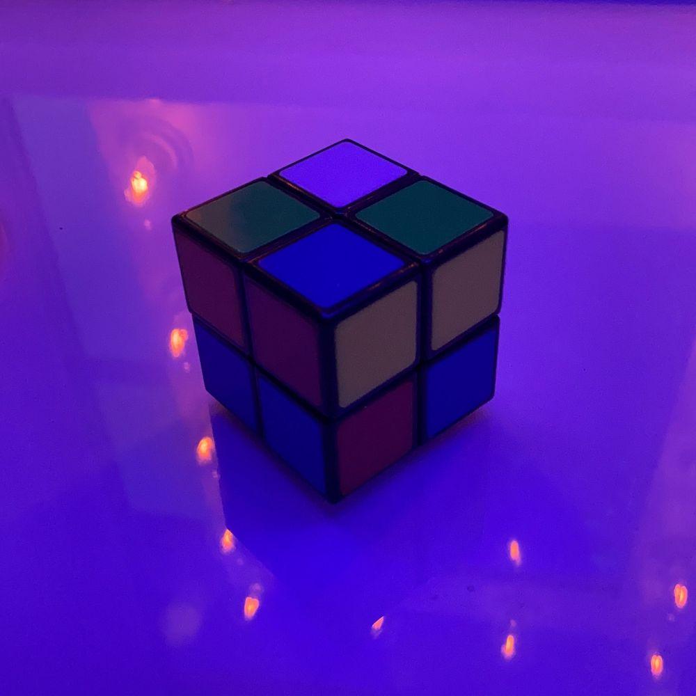 Rubikskub 2x2 fungerar jättebra, säljer eftersom jag aldrig använder den. Kan frakta men då kostar den lika mycket som frakten om du inte köper mer av mig 🥺🥰. Övrigt.