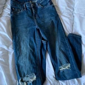 Ett par blåa jeans från topshop i W25. Hål på knäna o ett litet på sidan. Stretchiga och sitter snyggt på.