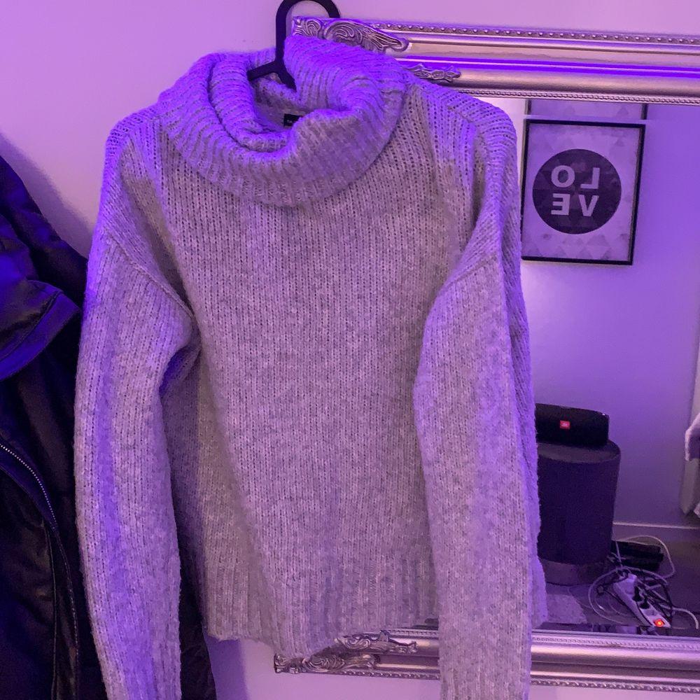 Jätte fin polo tröja ljusgrå, säljer för at jag inte använder längre men det är i bra skick och har bara använts ett fåtal gånger! Pris 100+ frakt. Stickat.