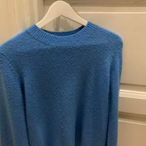 säljer denna blåa stickande tröjan ifrån märket pieces<3 tröjan är lite nopprig, storleken är xs men sitter mer som en S!köparen står för frakten!