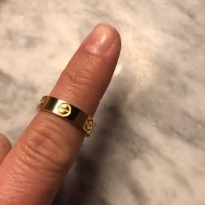 Säljer En hel ny  ring, guld färg hied. De är rostfia.