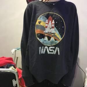 Super fin sweatshirt från hm med nasa motiv. Väldigt bra skick, ganska lång och mysig. Skriv om du har frågor. 💓