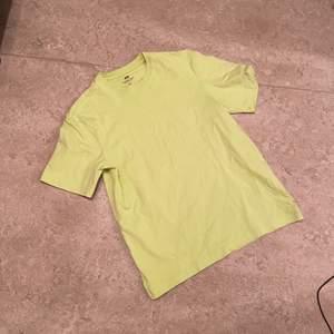 Oversied T-shirt från H&M i nyskick. Använd väldigt få gånger. Den är åt det gröna hållet men det var svårt att fånga upp med mobilen.