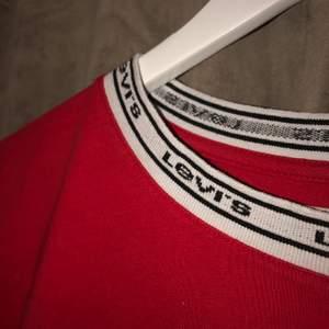 Röd Levis T-shirt köpt på design only! Fin andvändt en gång typ så gott som ny! Köpte för 400 säljer för 250!