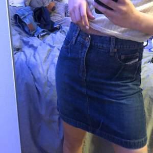 Säljer ett par jeans kjol som är för stor på mig och int har kommit till användning. (Är 158 cm lång) 💕