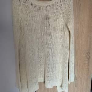 En stickad tröja från Nelly trend i strl xs. Öppen rygg ibak. Skriv vid frågor/fler bilder:)  Köpare står för fraktkostnad♥️