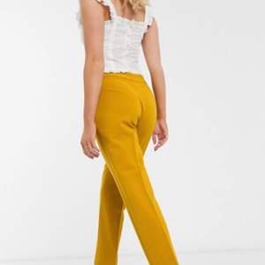 Säljer ett par riktigt fina kostymbyxor i nyskick från Zara💛💛 Det är 7/8 byxor och om man vill ha full längd så får man högst vara 165cm