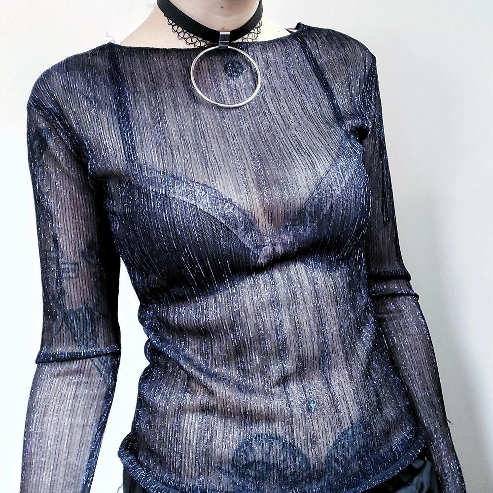 Så sjukt snygg semitransparent tröja med glittertrådar! Tröjan är liksom svart i grunden och har blålila glittertrådar genom hela hihi 🥰 Fantastiskt layeringplagg!! Storlek xs men både stor i storleken och stretchig, passar iaf medium utan problem  50kr. Toppar.