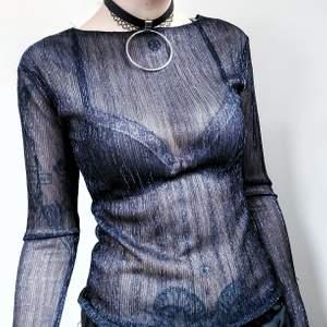Så sjukt snygg semitransparent tröja med glittertrådar! Tröjan är liksom svart i grunden och har blålila glittertrådar genom hela hihi 🥰 Fantastiskt layeringplagg!! Storlek xs men både stor i storleken och stretchig, passar iaf medium utan problem  50kr
