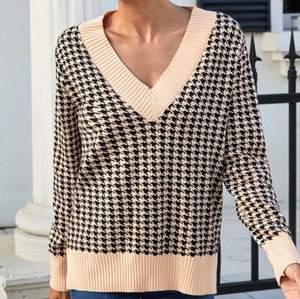 Fin tröja i strl S. Aldrig använd & säljer p.g.a att den sitter inte lika pösigt som jag trott. Frakt inkluderas ej