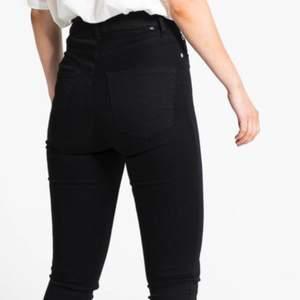 Svarta jeans i modellen Snake (high waist) strl xxs. Lånad bild från Lager157 för att se hur de sitter. Använt skick. Färgen är mest lik verkligheten på andra bilden.