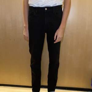 """Bekväma svarta jeans.🖤  Mycket bra skick. 78% bomull 20% polyester och 2% elastan. Lite strechiga, sköna och stilrena. Går att dra åt i midjan. Storlek 170 varken stora eller små i storleken. DM vid intresse/frågor/fler bilder.❣️ (Det kan du göra här under där det står """"kontakta"""") Avhämtning på Södermalm eller frakt till självbetalningspris.:)"""